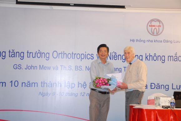 Gs John Mew và Ts Bs Nguyễn Quang Tiến