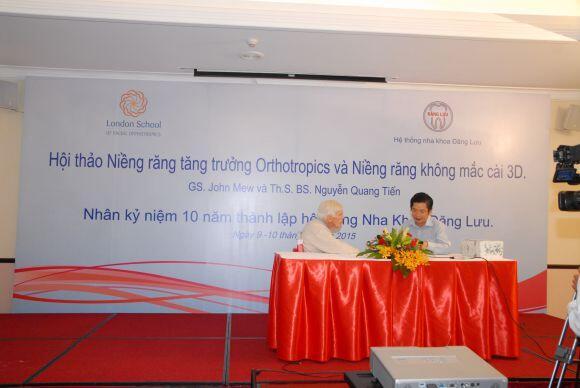 Gs John Mew và Ts Bs Nguyễn Quang Tiến tại hội thảo