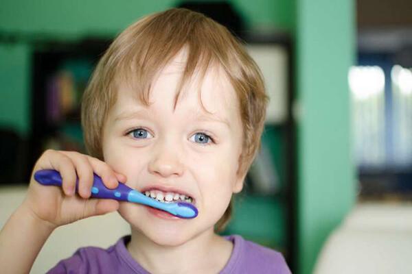 Hướng dẫn trẻ đánh răng