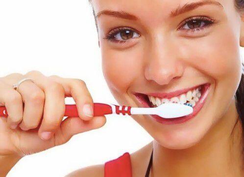 Công thức tự chế kem đánh răng giúp răng trắng sáng