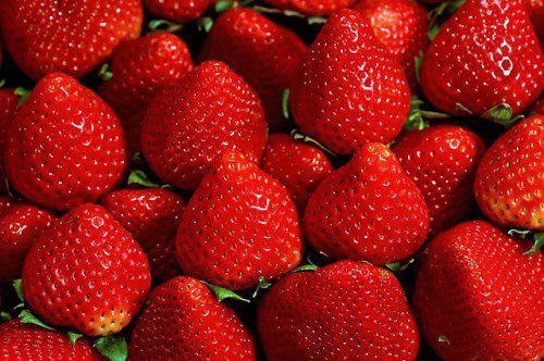 mẹo chữa răng bị xỉn màu bằng trái cây