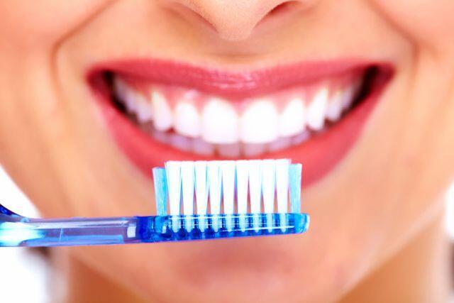 vệ sinh răng miệng khi bọc răng sứ titan